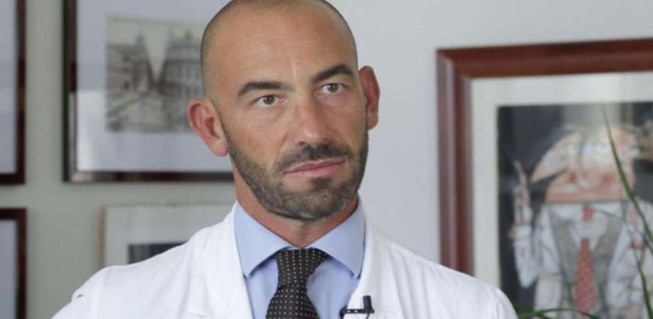 Astrazeneca e il lotto sospeso dopo i morti in Sicilia, Bassetti: quel vaccino è sicuro