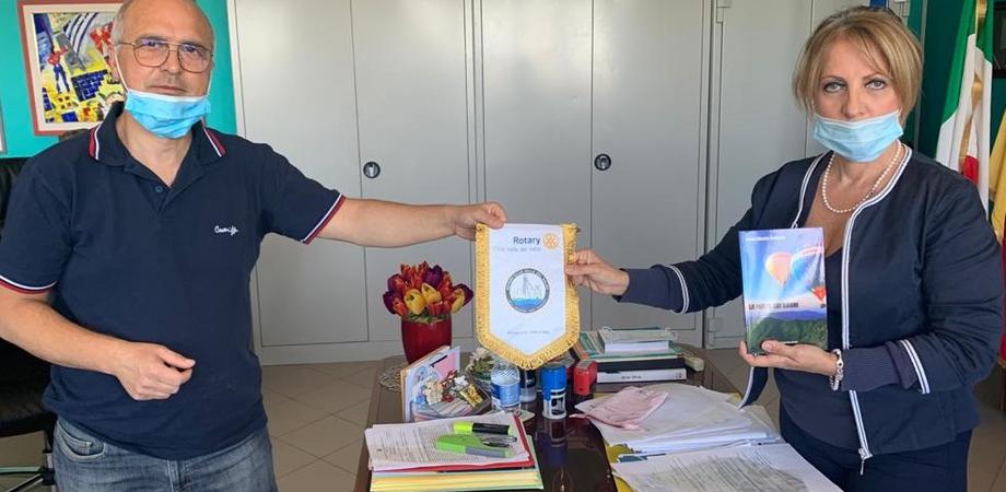 """Il Rotary dona al Carafa di Mazzarino alcune copie del libro """"La forza dei sogni"""": la storia di un imprenditore di successo"""