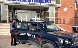 Riesi, pugni e calci alla moglie davanti alle figlie: arrestato un 44enne per maltrattamenti