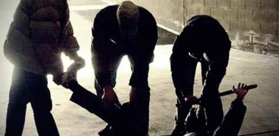 Riesi, danneggia la saracinesca di un locale e viene massacrato a bastonate davanti la caserma dei carabinieri