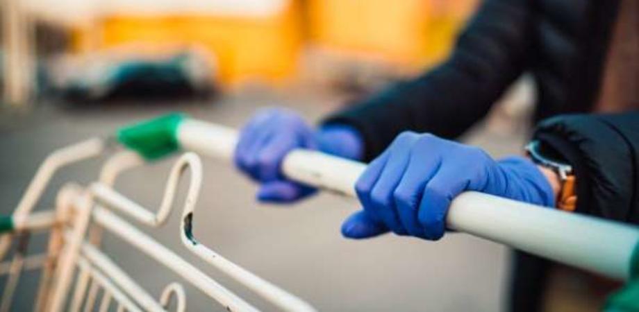"""L'Oms raccomanda: """"No ai guanti, nemmeno al supermercato. Può aumentare rischio infezione"""""""