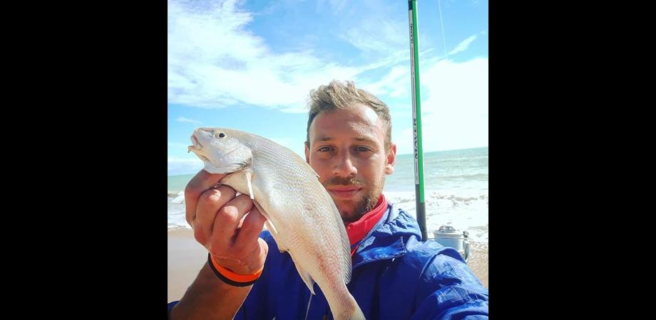 """Giovane di Marianopoli amante della pesca ripulisce le spiagge per passione e lancia un appello: """"Rispettiamo la natura"""""""