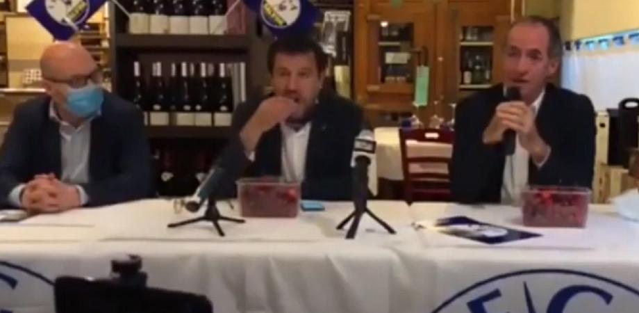 Salvini divora ciliegie mentre Zaia parla della morte di tre neonati: impazzano le polemiche