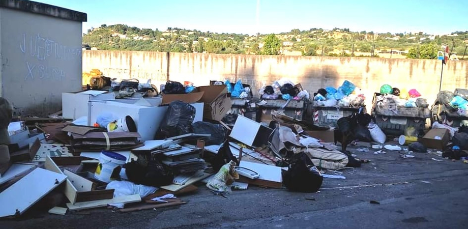 Sorpresi a gettare rifiuti in via Santo Spirito: multa da 600 euro per 9 nisseni
