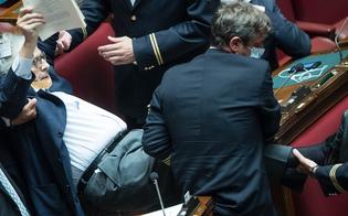 Vaffanculo, stronza, troia: Sgarbi insulta le deputate Carfagna e Bartolozzi. Portato via di peso dall'Aula