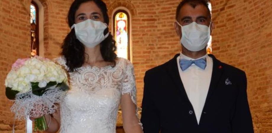 Lo sposo potrà tornare a baciare la sposa, via le mascherine: nuove disposizioni per i matrimoni