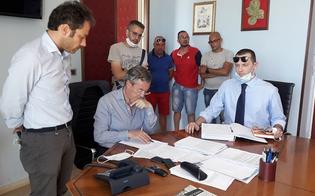 http://www.seguonews.it/gela-rientra-la-protesta-dei-18-operai-ex-tekra-questa-notte-si-sono-incatenati-davanti-al-municipio
