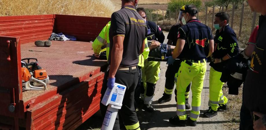 Caltanissetta, rimane incastrato sotto un tronco: intervengono vigili del fuoco e 118