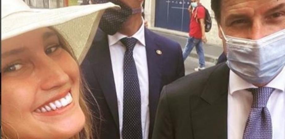 """Studentessa chiede un selfie hot al premier Conte, lui la gela: """"Manteniamo le distanze"""""""