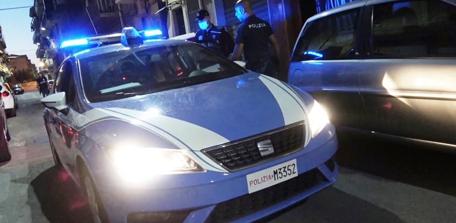 Caltanissetta, alla vista della polizia lancia un panetto di hashish tra i rifiuti: 23enne arrestato