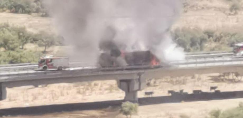 Caltanissetta, autoarticolato in fiamme: densa colonna di fumo sulla statale 626