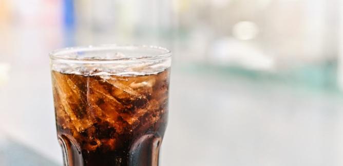 Beve bibita ghiacciata al bar e muore a 28 anni: portato in ospedale era stato dimesso