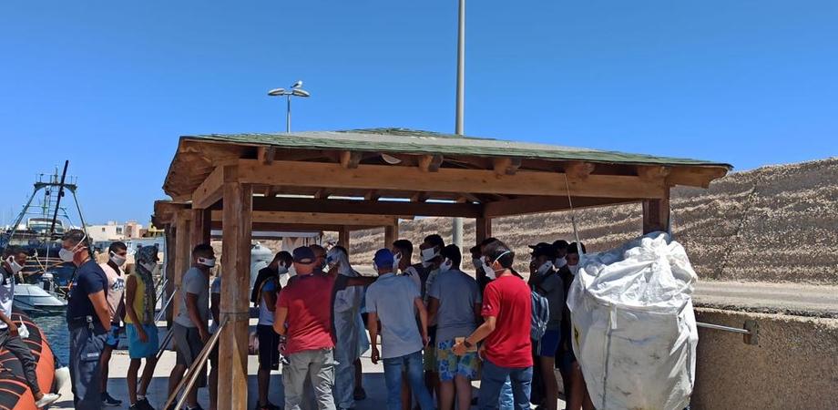 """Sbarchi a Lampedusa, 25 migranti positivi al Covid. Fsp Polizia: """"Siamo preoccupati. Il rischio è alto"""""""