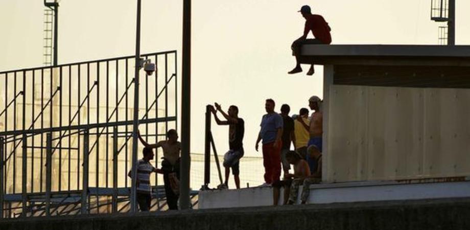 Trenta migranti in fuga dal centro di accoglienza di Messina, ferito un finanziere