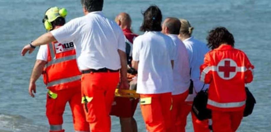 Si tuffa dal molo di Cefalù e sbatte la testa: grave un giovane di 25 anni