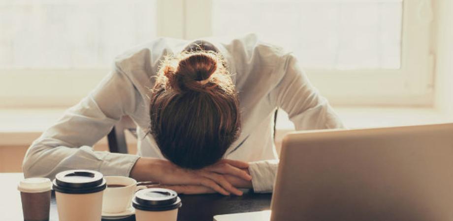 Una stanchezza estrema che non passa e dolori: ecco i sintomi della sindrome post Covid-19