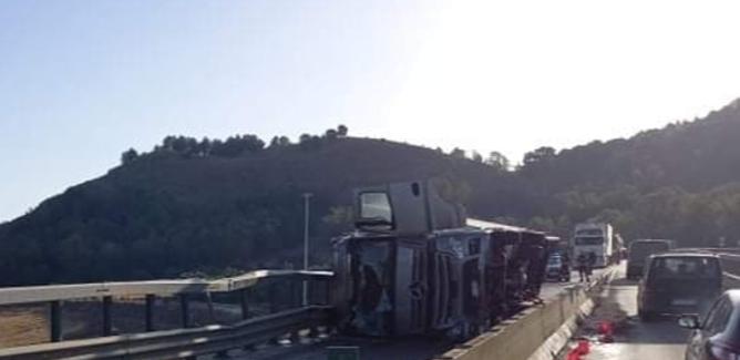 Caltanissetta, tir si ribalta sulla bretella per la A19: due feriti trasportati al Sant'Elia