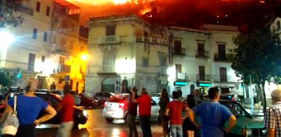 Brucia la Sicilia, fiamme e terrore da San Vito a Messina. Ad Altofonte 400 sfollati