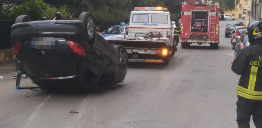 Caltanissetta. Incidente in via De Roberto, il giovane conducente positivo all'alcol test: denunciato dalla polizia
