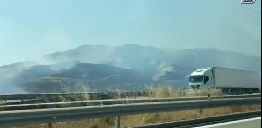 Caltanissetta, vasto incendio a Ponte Cinque Archi: è allerta rossa anche per oggi