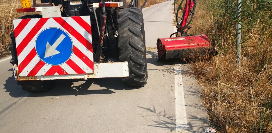 Butera, fitta vegetazione invade la strada di accesso a Tenutella: effettuati i lavori di manutenzione
