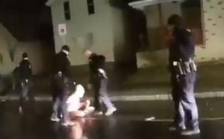 http://www.seguonews.it/nuovo-video-shock-dagli-usa-afroamericano-con-disturbi-mentali-incappucciato-muore-per-asfissia