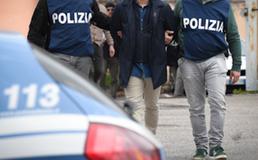 Caltanissetta, entrano in casa di una 76enne mentre annaffia le piante e la rapinano: due arrestati dalla polizia