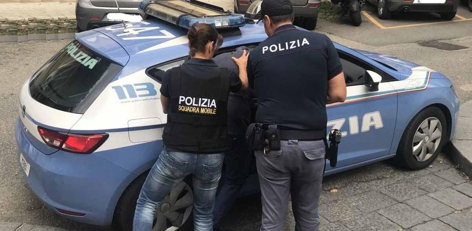 Caltanissetta, rubano i soldi da due distributori ma ad osservarli ci sono i poliziotti: arrestati due ventenni