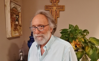 http://www.seguonews.it/il-farmacista-scrittore-nisseno-vincenzo-bonasera-ringrazia-i-lettori-i-vostri-commenti-mi-hanno-commosso