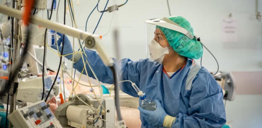 Coronavirus, in Italia cresce l'allerta: 41 anni l'età media dei contagiati. Aumentano i ricoveri