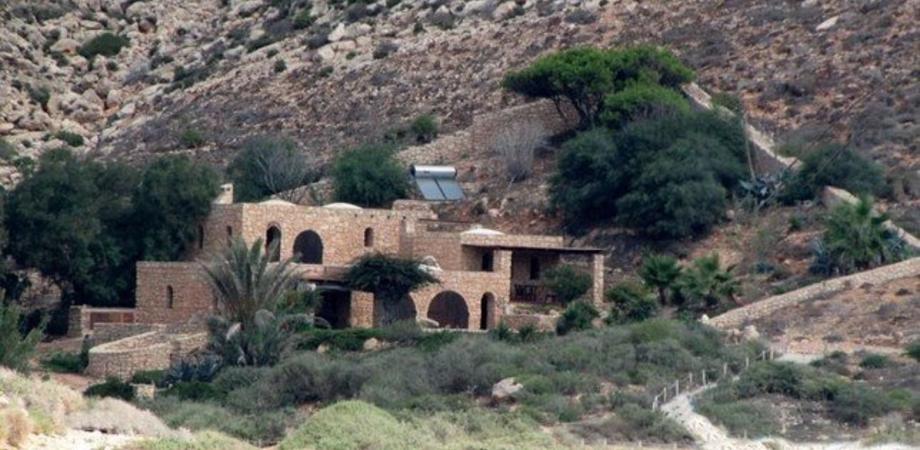 Lampedusa, in vendita la villa appartenuta a Domenico Modugno: si affaccia sull'isola dei Conigli