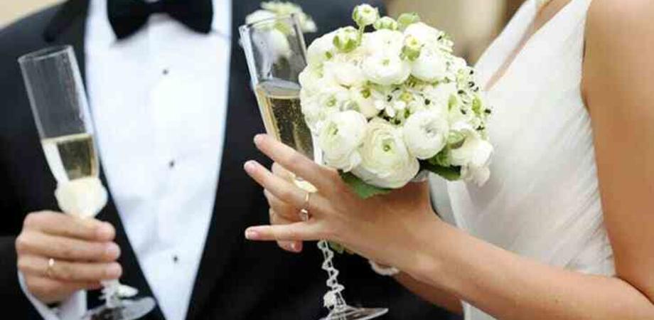 Festa di matrimonio con 23 invitati in un ristorante, arrivano i carabinieri: multe e locale chiuso