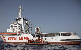 Porto Empedocle: due donne incinte evacuate dalla Open Arms. Dieci migranti si gettano in mare