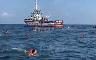 http://www.seguonews.it/la-open-arms-al-largo-di-palermo-278-si-gettano-in-mare-per-disperazione-ma-vengono-recuperati