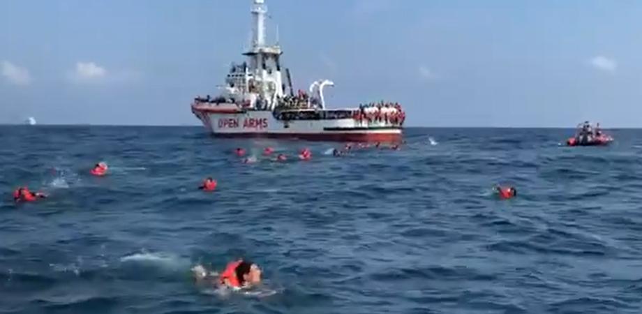 La Open Arms al largo di Palermo: in 76 si gettano in mare per disperazione ma vengono recuperati