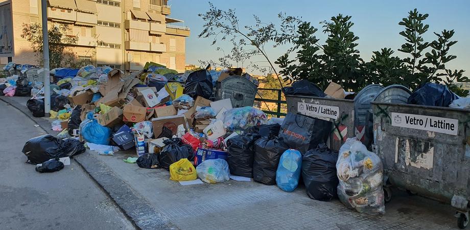 San Cataldo, una montagna di rifiuti in via Babbaurra. Cittadini indignati chiedono interventi