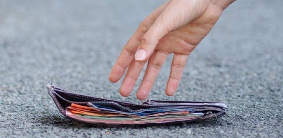 San Cataldo, disoccupata trova un portafogli con 1850 euro dentro e lo consegna ai carabinieri