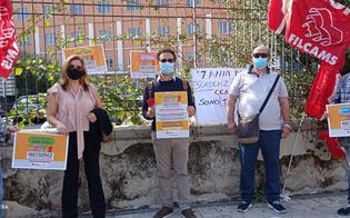 Puliscono uffici, scuole e ospedali per 7 euro l'ora e con contratti da rinnovare: sit-in a Gela per la tutela dei loro diritti