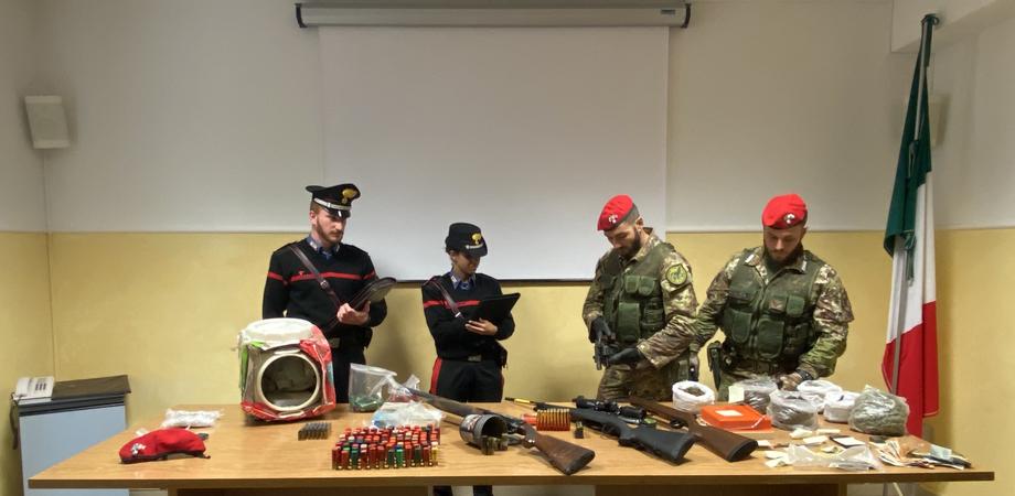 Droga, armi e munizioni in un casolare a Villarosa: arrestati dai carabinieri tre pregiudicati