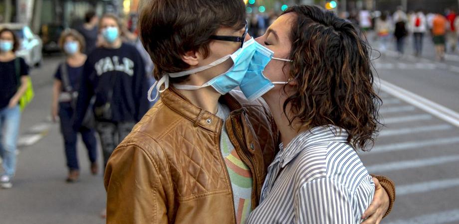 Censis, 80% degli italiani favorevoli a mascherina ovunque. Promosso lo smart working