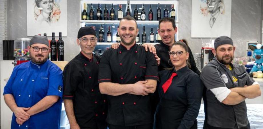 """Il """"Gambero rosso"""" premia Daniele Cacciuolo, il pizzaiolo di """"Bella Napoli"""" che ha investito a Gela"""