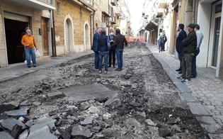 Gela, iniziano i lavori di riqualificazione di via Navarra e riemergono le basole originarie