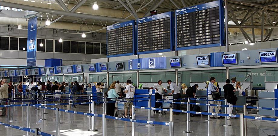 Va in aeroporto a Catania e presenta al check-in biglietto e tampone positivo: la polizia lo blocca