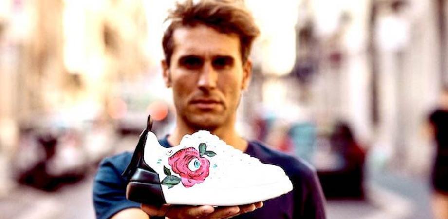 Un gelese ha disegnato la rosa dipinta sulle scarpe dello stilista Valentino: è Roberto Collodoro, in arte Robico