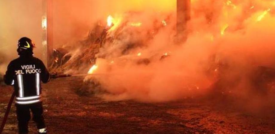 Fienile distrutto dalle fiamme nella notte a San Cataldo: il rogo è di natura dolosa