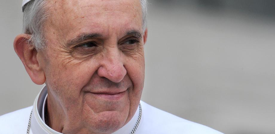 """Il Papa apre alle unioni civili per le coppie gay: """"Sono figli di Dio. Hanno diritto a una famiglia"""""""