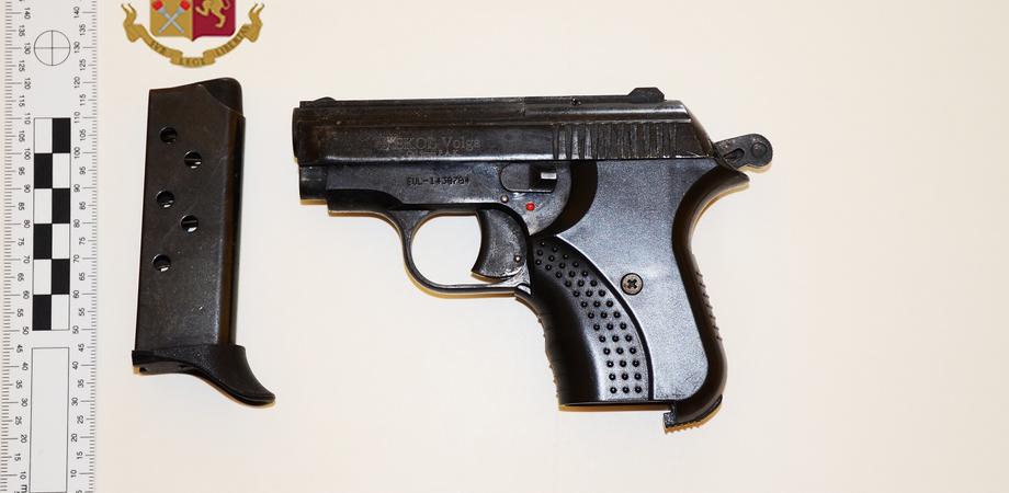 Caltanissetta, pistola nascosta in una scatola per scarpe: due arrestati dalla Squadra Mobile