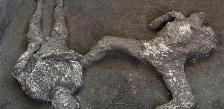 Straordinaria scoperta a Pompei, riemergono i corpi di due uomini travolti dalla furia dell'eruzione del 79 d.C.