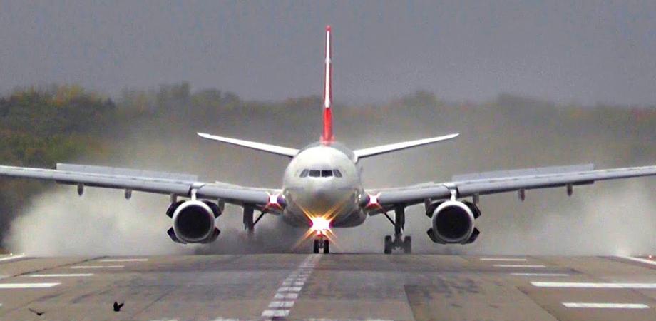 Roma, passeggero ha un malore a bordo dell'aereo: atterraggio d'emergenza a Ciampino