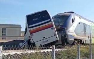 https://www.seguonews.it/bus-travolto-da-un-treno-il-pullman-e-rimasto-chiuso-tra-le-sbarre-del-passaggio-al-livello-